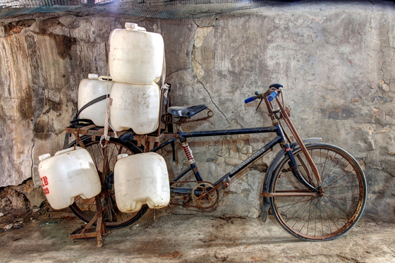 In the old days, people sold makgeolli by traveling around on bicycles, carrying the rice wine in plastic containers. [NATIONAL FOLK MUSEUM OF KOREA]