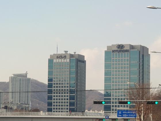 Kia Motors' headquarters, left, has a new emblem on Jan. 1. [JIN EUN-SOO]