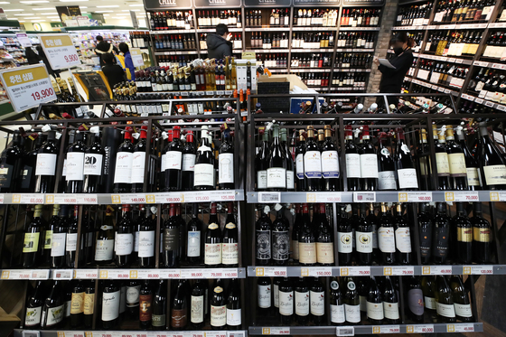 Wine is displayed at a big supermarket in Seoul on Monday. With drinking at home gaining popularity due to the prolonged coronavirus pandemic, Korea imported an all-time high 38,969 tons of wine, worth $239.3 million, last year. [YONHAP]