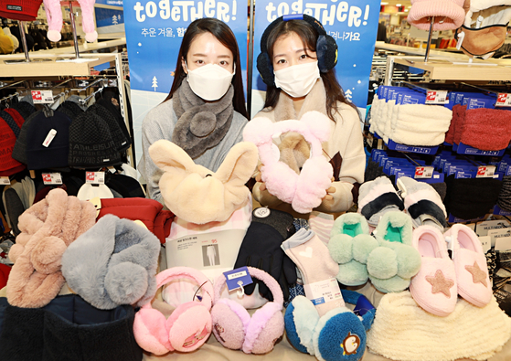 Models pose with winter products at Lotte Mart's Seoul Station branch in Jung District, central Seoul, on Monday. Ahead of this winter's cold wave, Lotte Mart said it offers customer various winter products such as earmuffs and fur shoes at up to 50 percent off through Jan. 13. [YONHAP]