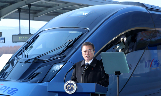 President Moon Jae-in speaks in front of the new KTX-Eum bullet train at Wonju Station in Gangwon on Monday. Moon said the country aims to cut carbon emissions from railway travel by 30 percent by replacing all diesel passenger locomotives with the new bullet train by 2029. The train will start running Tuesday. [YONHAP]