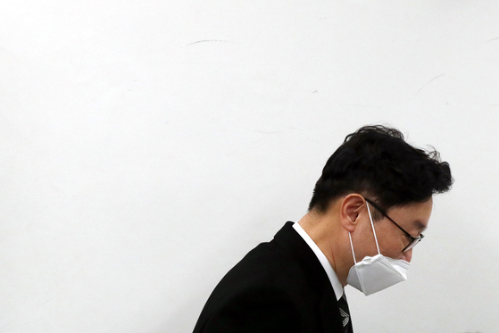 Justice Minister nominee Park Beom-kye leaves the media room of the Seoul High Prosecutors' Office after a press briefing on Monday.  [YONHAP]
