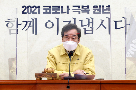 Democratic Party Chairman Lee Nak-yon speaks during the Supreme Council meeting of the party on Monday.  [YONHAP]