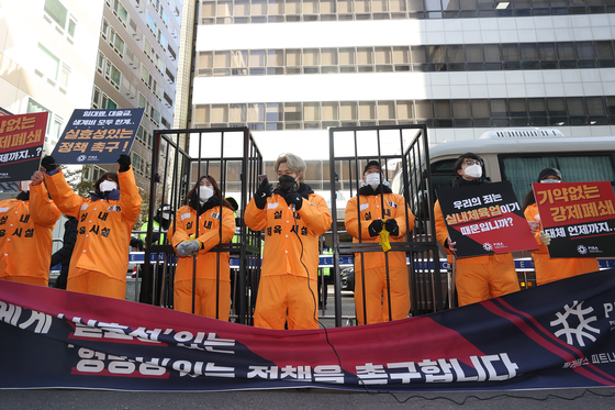 """Pilates and gym owners rally outside the ruling Democratic Party (DP) headquarters in Yeongdeungpo District, western Seoul, Tuesday, demanding the government """"save"""" their livelihoods. Indoor sports facilities in the greater Seoul area have been forced to shut for about a month to curb the spread of Covid-19. [YONHAP]"""