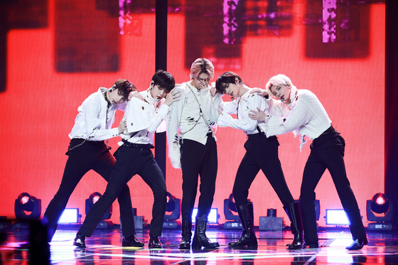 Boy band Tomorrow X Together performs during its agency's first all-label concert ″New Year's Eve Live″ on Dec. 31. [BIG HIT ENTERTAINMENT]