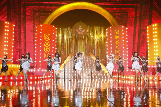Girl group GFriend performs during its agency's first all-label concert ″New Year's Eve Live″ on Dec. 31. [BIG HIT ENTERTAINMENT]