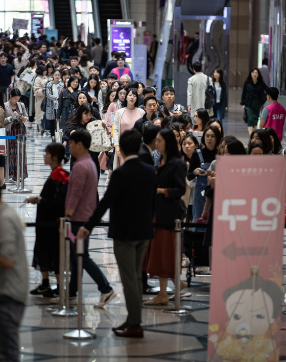 Visitors to a baby fair line up at Coex in Gangnam District, southern Seoul, in April 2019, before the Covid-19 paralyzed the country. Many baby fairs that were scheduled in 2020 have been canceled due to the pandemic. [NEWS1]