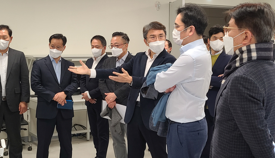 Samsung Electronics Vice Chairman Lee Jae-yong, second from right, discusses with executives at the electronics maker's research center in southern Seoul. [YONHAP]