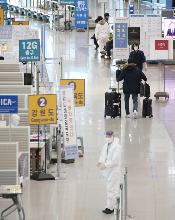 Incheon international Airport's Terminal 1 is relatively empty Wednesday as Korea and other countries around the globe have been seeing a rise in Covid-19 cases, as well as the new virus variant. [YONHAP]