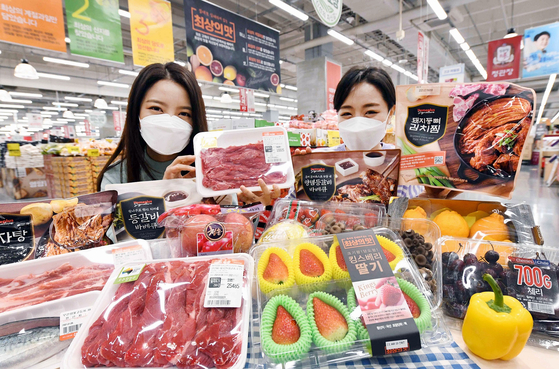 Models pose with food products on offer at Homeplus. [HOMEPLUS]