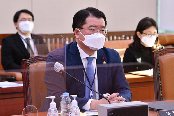 First Vice Foreign Minister Choi Jong-kun attends a meeting of the National Assembly's Foreign Affairs Committee on Iran's seizure of a Korean oil tanker in the Strait of Hormuz Wednesday in Yeouido, western Seoul. Choi is scheduled to kick off a trip to Iran Sunday. [NEWS1]