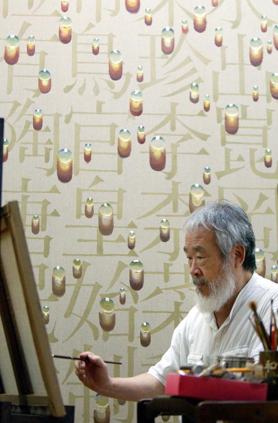 Artist Kim Tschang-yeul at his Seoul studio in 2002. [PARK JONG-KEUN]
