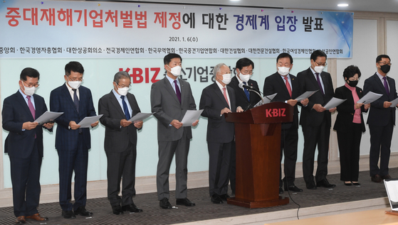 The heads of 10 business lobbying groups read out their stance against a bill that will place heavier responsibility on CEOs for workplace death and injury at the office of the Korea Federation of SMEs in Yeouido, western Seoul, on Wednesday. [YONHAP]