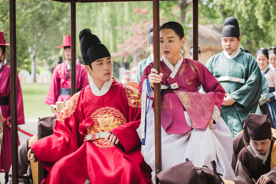 A scene from tvN drama series ″Mr. Queen,″ starring actors Kim Jung-hyun and Shin Hae-sun as King Cheoljong and Queen Kim Cheorin in the Joseon Dynasty (1392-1910). [TVN]