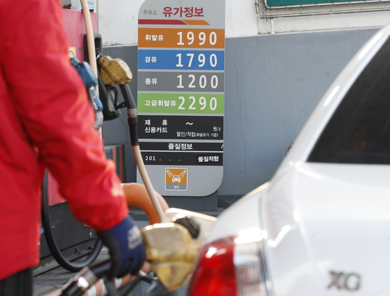 A gas station in downtown Seoul charges 1,990 won ($1.83) per liter of gasoline and 1,790 won for a liter of diesel on Jan. 3. [NEWS 1]