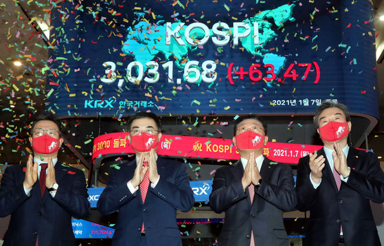 From left, Korea Investment and Securities CEO Jung Il-mun, Korea Exchange CEO Sohn Byung-doo, Korea Financial Investment Association CEO Na Jae-chul and BooKook Securities CEO Park Hyeon-chul celebrate the Korean benchmark stock index Kospi closing above 3,000 for the first time at the Korea Exchange office in Yeouido, western Seoul, on Thursday. [YONHAP]