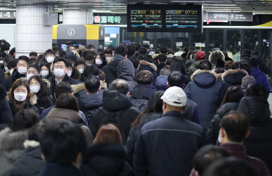 Passengers wait for the next subway at Sadang Station in Seoul on Thursday morning. [YONHAP]