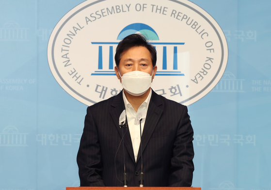 Former Seoul Mayor Oh Se-hoon speaks at a press conference at the National Assembly on Thursday, urging People's Party Chairman Ahn Cheol-soo to join the main opposition People Power Party.  [YONHAP]