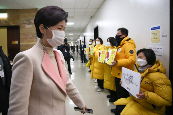 Baek Hye-ryun, Democratic Party lawmaker who heads the Legislation and Judiciary Committee on Thursday at the National Assembly hall passes members of the Justice Party demanding stronger punitive measures against businesses on industrial accidents in the new bill that will be voted at the National Assembly on Friday. [YONHAP]