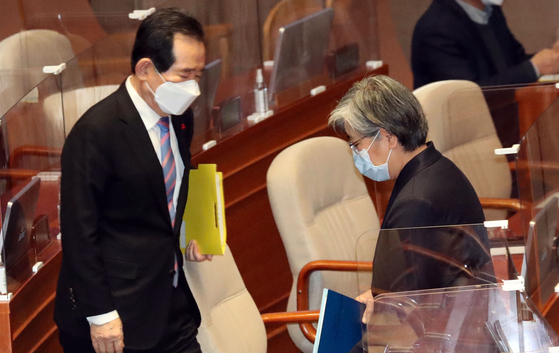 Prime Minister Chung Sye-kyun, left, and Korea Disease Control and Prevention Agency Commissioner Jung Eun-kyeong at the National Assembly in Seoul on Friday. [NEWS1]
