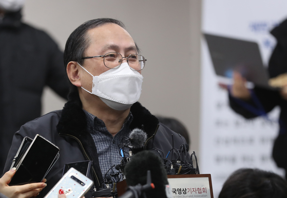 Kim Gang-won, a lawyer representing 12 former comfort women in a lawsuit seeking compensation from Japan, talks to the press at the Seoul Central District Court after his clients won the court battle against the Japanese government on Friday. [YONHAP]