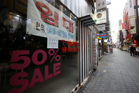 Buildings in the Myeongdong, central Seoul, shopping district are vacant and available for rent in late December. [YONHAP]
