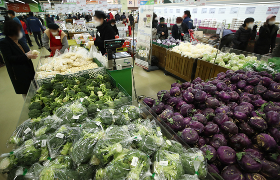 Prices of agricultural, fishery and livestock products jumped by 9.7 percent in December, according to Statistics Korea, due to the Covid-19 pandemic. Prices of agricultural products rose by 6.4 percent, livestock by 7.3 percent and marine products by 6.4 percent. The price of rice jumped by 11.5 percent during the cited period. [YONHAP]