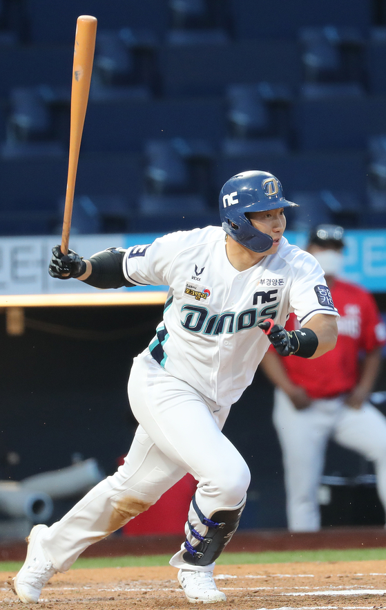After failing to sign a contract with a major league club, Na Sung-bum will return to his KBO club, the NC Dinos, for the 2021 season. [YONHAP]