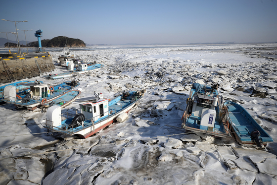 A wharf in Incheon is frozen over on Sunday as a cold wave advisory was issued across the nation. Wind-chill temperatures in Incheon plummeted to minus 15.4 degrees Celsius (4.28 degrees Fahrenheit) on Sunday. [YONHAP]