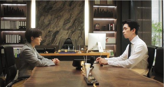 A scene with actor Shin Sung-rok, right, in the recently ended drama ″Kairos.″ [ILGAN SPORTS]