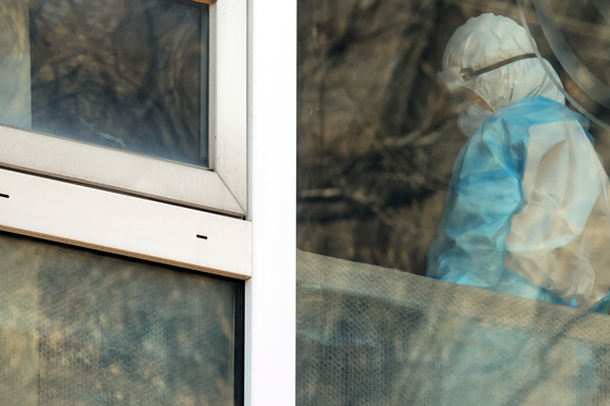A medical staff member at an elderly nursing home in Guro District, western Seoul, on Dec. 30. [YONHAP]