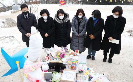 Members of the Gender Equality and Family Committee of the ruling Democratic Party pay condolences to Jeong-in, the 16-month-old girl who was allegedly killed by abusive adoptive parents, at her grave in a cemetery in Yangpyeong County, Gyeonggi, on Monday.  [YONHAP]