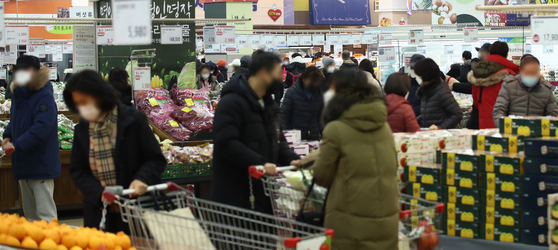 A large supermarket in downtown Seoul is crowded with people buying groceries on Sunday afternoon. [YONHAP]