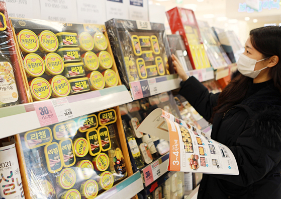 A model looks at a Lunar New Year gift package at Lotte Mart. [LOTTE MART]