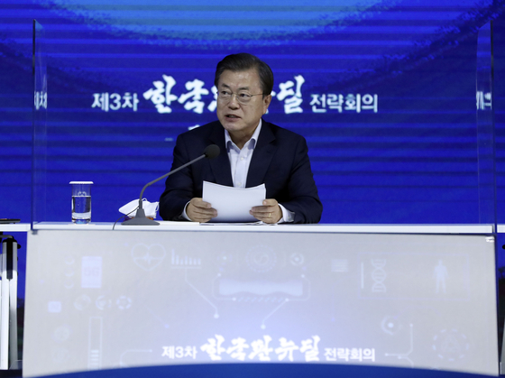 President Moon Jae-in makes a speech before opening the third Korean New Deal Strategy meeting at the Dongdaemun Digital Plaza in eastern Seoul on Nov. 16 last year. [JOINT PRESS CORPS]