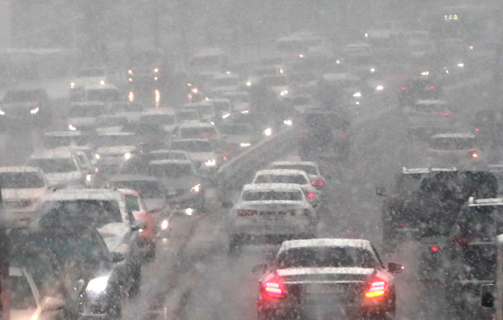 Heavy snowfall causes traffic to slow to a crawl on the northern part of Hannam Bridge in Seoul during the evening rush hour on Tuesday. The greater Seoul area saw heavy snowfall Tuesday afternoon. [NEWS1]