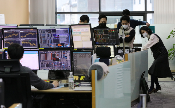 A dealing room at Hana Bank in Seoul on Jan. 12 . [YONHAP]