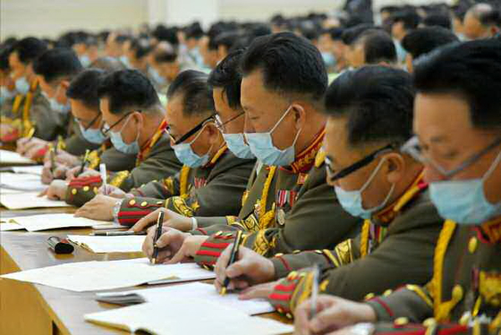North Korean military officials take part in a meeting at the Eighth Workers' Party Congress in Pyongyang on Monday, according to this state media photograph. Delegates wear face masks, unlike in sessions headed by Kim Jong-un. [NEWS1]