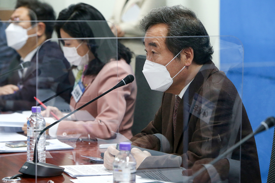 Democratic Party Chairman Lee Nak-yon during a meeting on Covid-19 held at the National Assembly in Seoul on Tuesday. [NEWS1]
