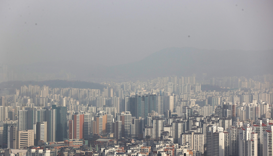 The view of apartments in downtown Seoul from Namsan on Wednesday. More than half of the apartment transactions in Seoul were at new highs in price in 2021 as of Tuesday. The instability in Seoul's real estate market has continued in the new year despite the government's multiple regulations and announcements of expansion in supply. [YONHAP]