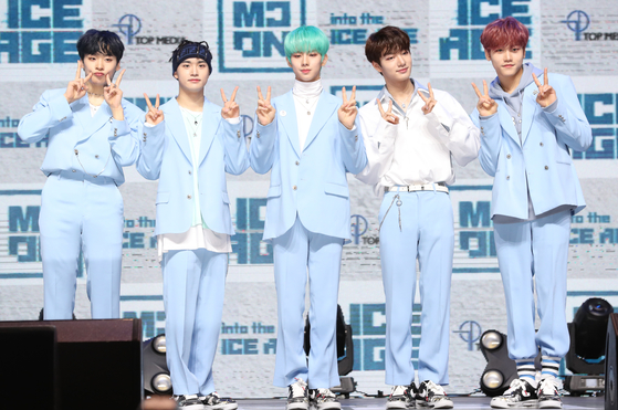 Boy band MCND poses for photos during the showcase for its debut album ″into the ICE AGE″ in February last year. [ILGAN SPORTS]