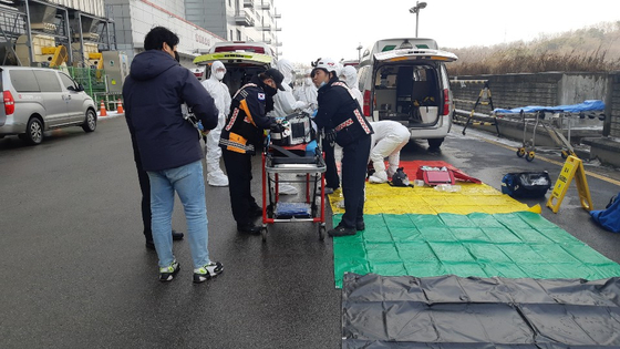 A toxic chemical leak at LG Display's factory in Paju, Gyeonggi, Wednesday injured seven workers, two receiving cardiopulmonary resuscitation. [YONHAP]