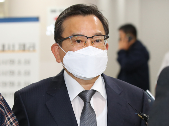 In this file photo, Kim Hak-eui, former vice minister of justice, heads to an appeals trial at the Seoul High Court on Oct. 28, 2020. Kim was convicted of taking bribes from a businessman and sentenced to two years and six months of prison term that day. [YONHAP]