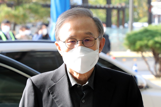 In this file photo, former President Lee Myung-bak enters the Seoul National University Hospital in central Seoul on Oct. 30, 2020 before his imprisonment to serve a 17-year prison term.  [YONHAP]