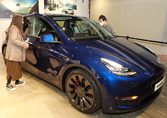 Tesla's Model Y is displayed at Lotte Department Store's Yeongdeungpo branch in western Seoul on Wednesday, where the second SUV from Tesla had its Korean premiere. The model, which will be manufactured in the United States, doesn't have a confirmed delivery date nor price for the Korean market. [YONHAP]