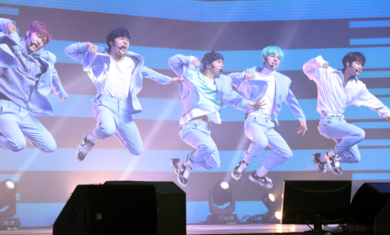 Boy band MCND performs during a showcase for its debut album ″into the ICE AGE″ in February last year. [ILGAN SPORTS]