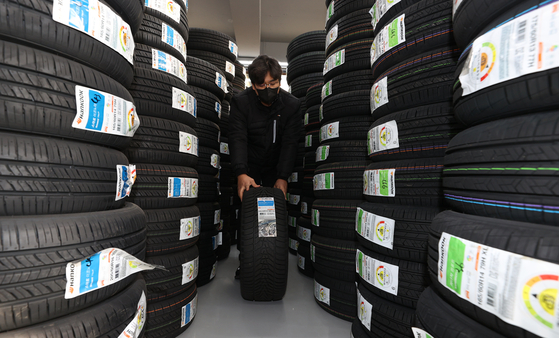 Employees organize stacks of winter tires at a tire store in Goyang, Gyeonggi, on Wednesday. The owner of the shop said winter tire sales this year rose 30 percent compared to last year due to the recent cold snap and heavy snow. [YONHAP]