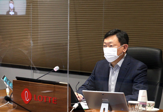 Lotte Group Chairman Shin Dong-bin speaks at a biannual meeting on group strategies and purposes on Wednesday. [LOTTE]