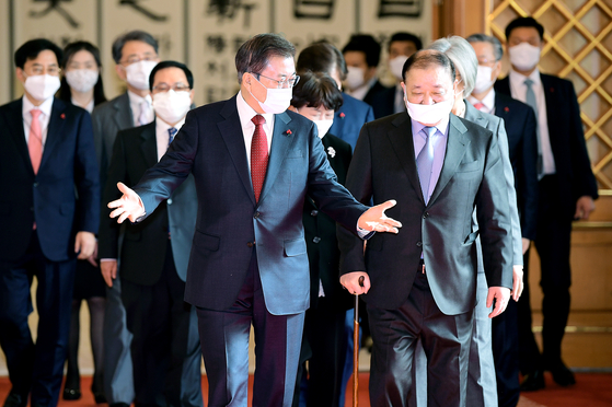 President Moon Jae-in, left, talks with Kang Chang-il, Korea's new ambassador to Japan, after a credential awarding ceremony in the Blue House on Thursday. [JOINT PRESS CORPS]