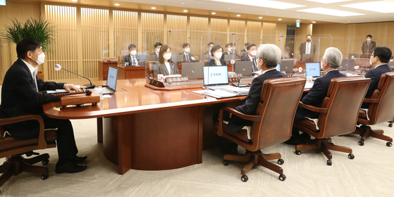 Bank of Korea Gov. Lee Ju-yeol, far left, conducts a monetary policy board meeting on Friday at the central bank in Jung District, central Seoul. During the meeting, the board decided to freeze the base interest rate at 0.5 percent. [BANK OF KOREA]